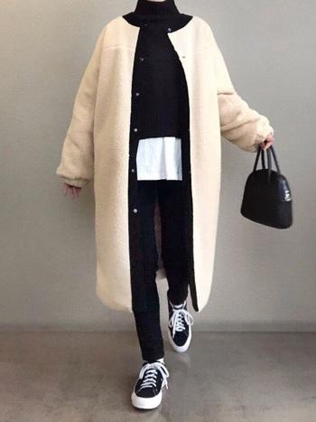 ブラックコーデの差し色に白のボアジャケットをON!沈みがちな冬コーデがパッと明るくなり、軽快装いに。白のアウターは、真冬の垢抜けコーデにマストなアイテムです♪