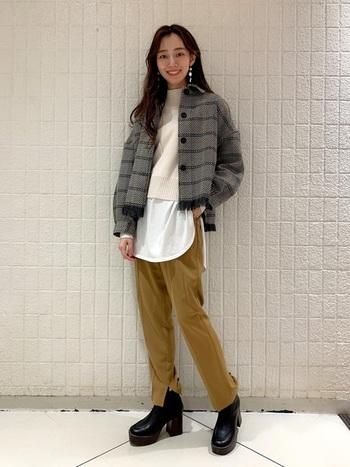 ショート丈のツイードジャケットに、同じくショート丈のニットを合わせたコーディネート。ロング丈の白Tシャツをインナーに合わせて、レイヤードスタイルがトレンド感たっぷりです。マスタードカラーのスラックスパンツで、カジュアルになり過ぎない着こなしに。
