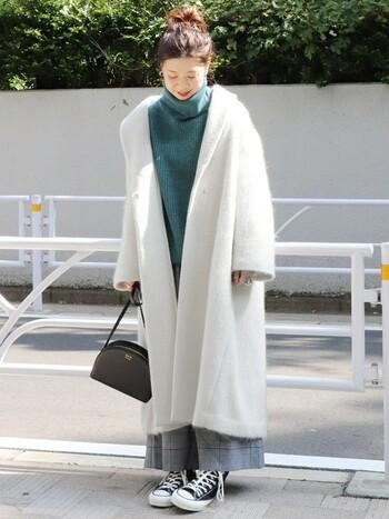 ショールカラーのコートは首周りが広がりやすいので、ボリュームのあるタートルネックがお似合いです。見た目だけでなく着心地もぽかぽかで、防寒もお洒落も両立できますね。