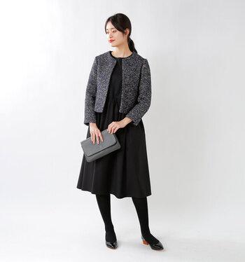 シンプルな黒のワンピースに、さりげなく色とりどりのツイード素材をミックスしたジャケットをプラス。落ち着いた印象のフォーマルコーデは、大人の結婚式スタイルとしても活躍してくれます。