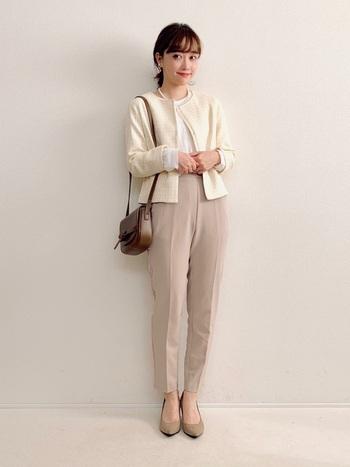 ユニクロの白ツイードジャケットに、白のブラウスとベージュのパンツを合わせたきちんと感たっぷりなフォーマルスタイル。明るめカラーのコーディネートは、入園式や入学式にも◎