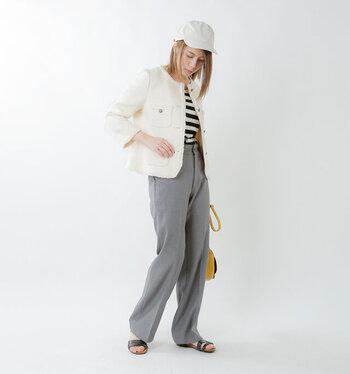 白のツイードジャケットに、ボーダートップスとグレーのパンツを合わせたコーディネート。上品見えするジャケットを、あえてキャップやサンダルなどの小物でハズしているのがポイントです。