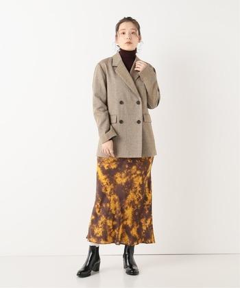 イギリスの伝統織物として人気の高い、ホームスパンツイードを素材に採用したロング丈のジャケット。ブラウン×イエローの柄スカートにハイネックを合わせて、季節感たっぷりな着こなしにまとめています。