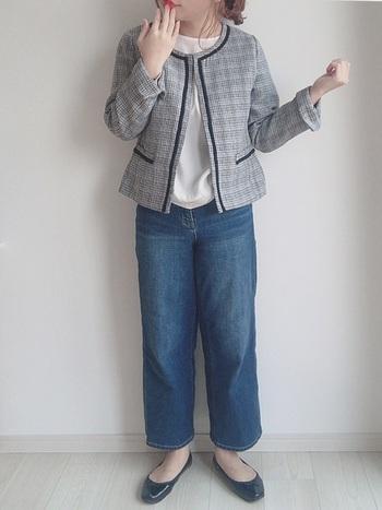 グレーのツイードジャケットに、デニムのワイドパンツを合わせたコーディネート。フォーマル用に購入したジャケットも、カジュアルなパンツと合わせればデイリー使いに活躍してくれます。
