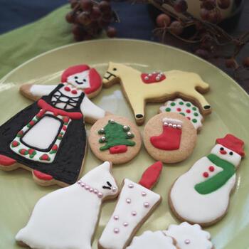 クッキーの上に絵を描くアイシングクッキーはクリスマスにもぴったり。「粉砂糖+卵白」で作るアイシングの作り方は人それぞれですが、こちらのレシピではわかりやすく解説されているので、初心者さんもきっとうまくできるはず♪