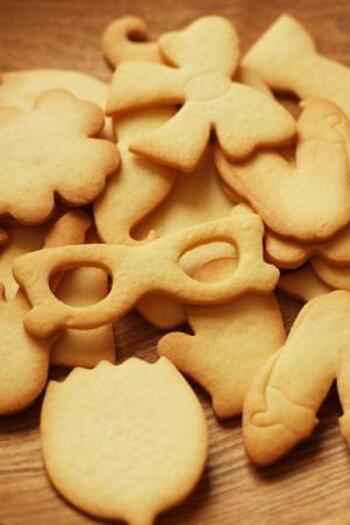 アイシングクッキー用の生地の作り方が紹介されています。型抜きしやすく、アイシングしても美味しく食べられる生地です。覚えておくと役立ちますね。