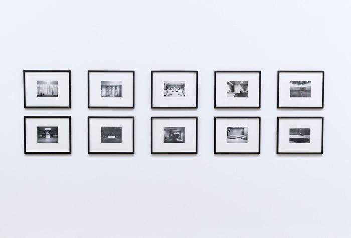 同じ大きさのフレームに入れて、写真を数枚規則的に飾っています。モノクロの写真×モノトーンフレームで統一することで、ギャラリーのような洗練された印象に。写真に対して余白が多めだとアート作品のように見せることができます。