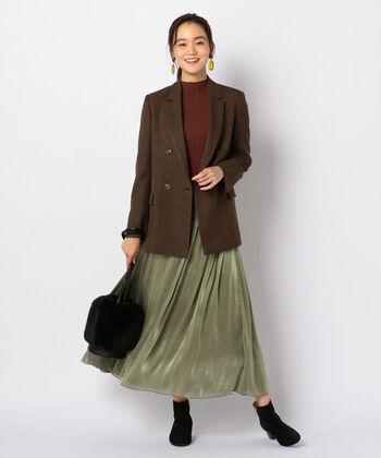 ツイード素材のテーラードジャケットに、ロング丈のフレアスカートを合わせたコーディネート。ハイネックをインナーに合わせて、ブラウン系×緑の季節感たっぷりなスタイリングです。バッグやシューズは黒で揃えて、引き締め感もプラス。