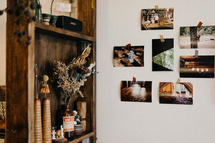 一番シンプルなのは、壁に貼る方法。マステでペタッと貼るだけで壁面インテリアに。こちらのお宅では大好きなキャンプの写真でまとめているそう。写真のテイストが家具の色味とマッチしていて素敵。日常でふと目に入るたびに楽しい思い出が蘇りますね。