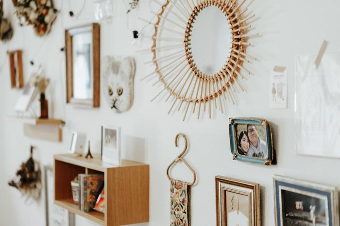 ドライフラワーやタペストリーなど好きなものだけを集めたスペースに写真を飾っています。ワクワクするようなおしゃれなウォールデコの一部に。固定概念にとらわれず、自由に楽しんでみましょう。