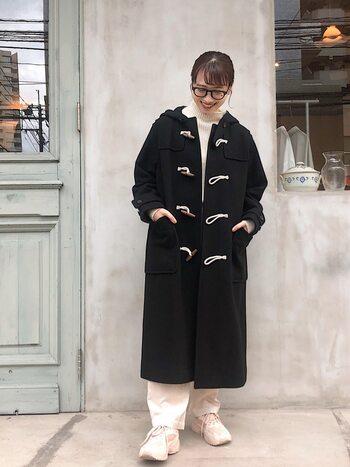 ナチュラル派さんの冬の定番アウターとも言える「ダッフルコート」は、トラッドにもレディにもカジュアルにもコーディネートできる万能アイテム。こちらの着こなしは、白の上下にネイビーのダッフルを重ねた冬のマリンコーデ。カジュアルでありながらも、どこか洗練された着こなしが印象的です。