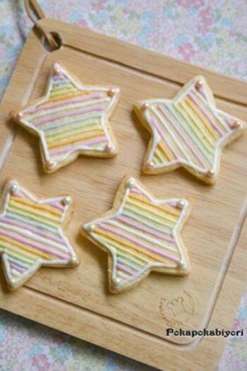 とても美しい星のアイシングクッキーですが、いろんな色のチョコペンでラインを描くだけで簡単にできます。グラデーションもきれいですね。