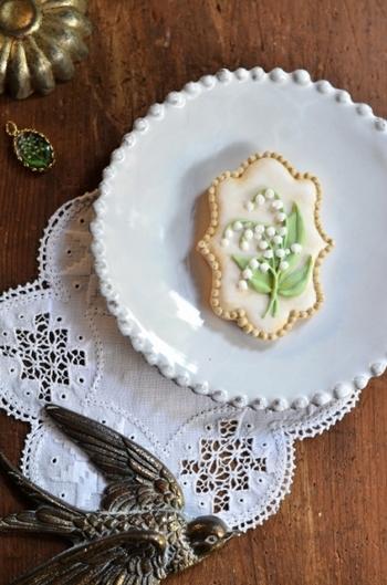 なんとも上品で可憐なすずらんのアイシングクッキー。アンティークのブローチのような面持ちです。縁にあしらったドットや葉っぱの優しいグリーンもおしゃれです。