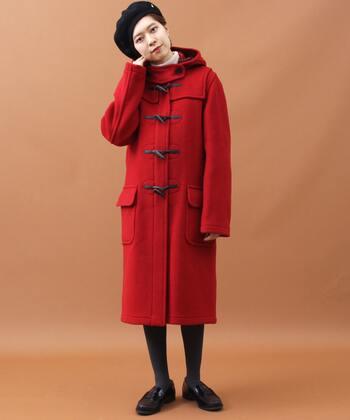 一枚で主役級の赤のダッフルコート。スカートとダッフルの絶妙な丈感が垢抜けコーデのポイント♪ダッフル以外のアイテムはシンプルにまとめて、ちょこんとベレー帽のアクセントを効かせれば、まるでパリジェンヌのような装いに。