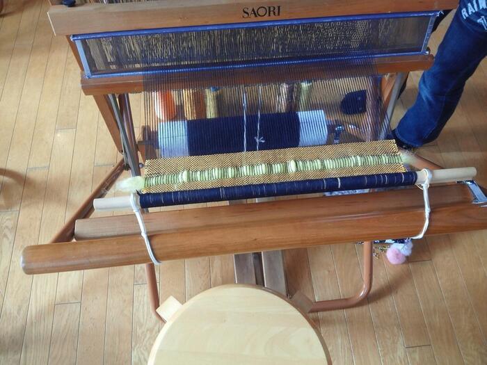 SAORI用に綿・麻・ウール・シルク・ナイロンなどの織りやすい糸も販売されてます。また、「さをり織り」は全国各地で手織り教室が開かれているので、気になる方は是非参加してみてはいかがでしょうか。