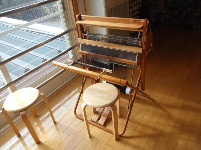 「一生をいっしょに過ごすSAORIの織機」というキャッチフレーズの通り、本格的な織機。足踏み式でタテ糸が上下に動かせる、日本の織機らしい形が特徴です。マフラーやストール、テーブルクロスなど様々なアイテムを織ることが可能です。