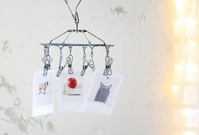 ペイントしたニトリのミニピンチハンガーに写真を挟んだ、ユニークな遊び心が素敵なアイデア。日用品を活用したり自由に楽しみましょう。