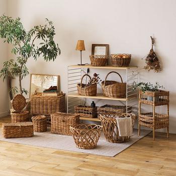 カントリー感を演出する「カゴ編み」のアイテムは、収納などに使うとカントリースタイルを手軽にアップすることができます。ドライフラワーなど植物インテリアとの相性もgoodですよ。
