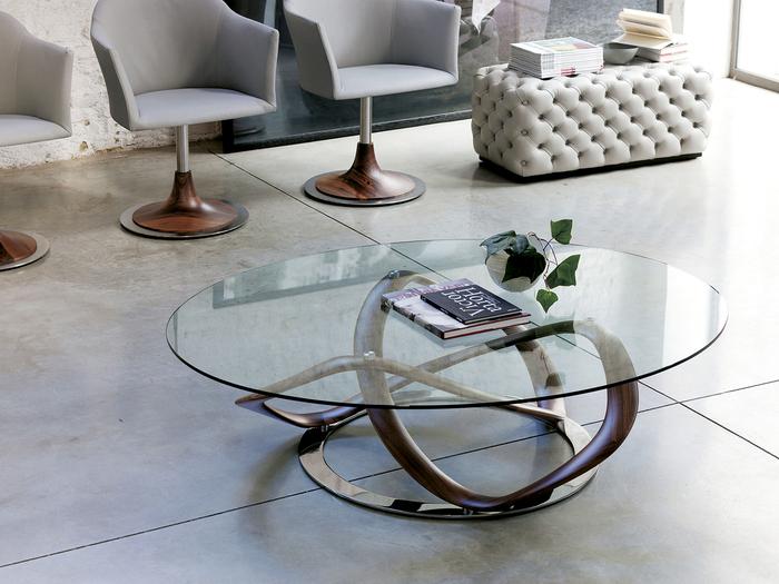 SF世界のようなインテリアは、無機質っぽさを出すガラス素材や金属素材を取り入れた家具選びがおすすめ。デザイナーズ家具をポイント使いすることで、全体的に高級感が出て未来的な雰囲気もアップします。