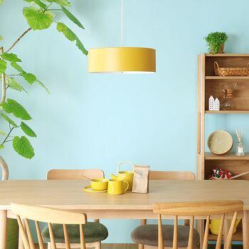 照明、ソファー、椅子などお好みの家具アイテムに鮮やかなカラーを選びましょう。ポイント使いでカラーを入れることにより、ポップなインテリアコーデに仕上がります。