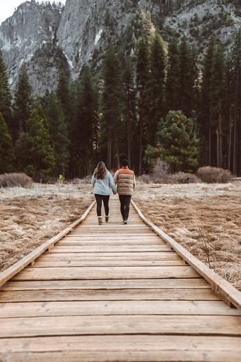 スウェーデンの人々は、冬だからと言って室内で過ごすばかりではありません。積極的に体を動かし、凍った湖への散歩、森でのフィーカ、ちょっとしたバーベキューなどを楽しみます。  家にこもりがちなここ最近の休日...私たちもそんなスウェーデンの人々に倣って、たまには自然の多い場所に足を運んでみるのも良いかもしれません。きれいな空気や冬ならではの植物と過ごすひとときは、きっと心も体も温めてくれますよ。
