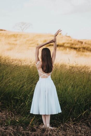 全身の慢性的な冷えに悩まされる方は、まず「大椎(だいつい)」という首の後下部を温めるのがおすすめです。服を着た時に、襟が丁度当たる部分になります。  ここには太い血管が通っているため、温めることで血流促進効果がとても高まり、全身がポカポカと温まってくるのがわかるはず。同時に、肩こりや首の凝りも和らぎます。