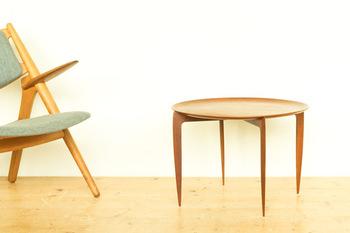 ヴィンテージ感のある家具には、チーク材を使用した曲線が美しいテーブルやチェストが置かれています。全てを揃えるのは難しくても、ポイント使いでお気に入りを1点置くだけで高級感がアップし、大人なお部屋に仕上がります。