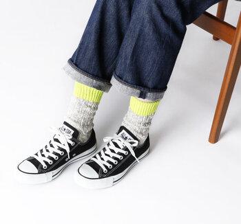 蛍光イエローが目を引く靴下はナチュラルな素材でこなれカジュアルを演出。パンツは折り曲げて靴下の可愛さを全面にアピールするのがオススメ♪