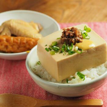 もともとのとうめしは、具沢山のおでんの出汁で豆腐を煮ていくというものですが、おうちでそれを再現するのは大変ですよね。こちらのレシピでは鶏手羽とごぼう天を煮た煮汁を使ってとうめしを作っています。  初日は鶏手羽とごぼう天の煮物を食べ、二日目には一晩煮汁につけておいた豆腐で作ったとうめしをいただきます。大きい豆腐を使っているので、味をしっかり入れるのに時間がかかるんですね。待つ時間も美味しさの秘密です。