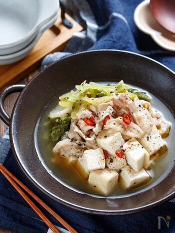 手でちぎった白菜と、木綿豆腐、豚バラ肉を一緒に煮込んだもつ鍋風スープ煮。包丁も不要で、あっという間にできるので、忙しいママのひとりランチにもおすすめです。  仕上げに粗挽きの黒コショウをたっぷり振ると、味がぐっと締まります。一人分ずつ小鍋に作って、冷ましておけば、時間差で帰ってくる子供やパパのごはんにも活用できますね。