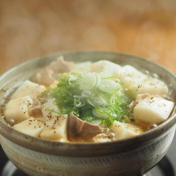 ベースのお味はコンソメと麺つゆ。はんぺんと豆腐のコンビで、とても簡単なのに、いつもとはひと味違った風味の良いお鍋が完成します。練り物のはんぺんを入れることで、旨みもたっぷり!  ふわふわのはんぺんとつるりとしたのど越しのいい豆腐の食感の違いを存分に楽しみましょう。