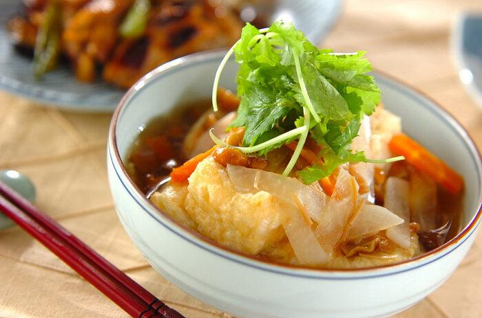 なめことなめたけ、野菜がたっぷり入ったあんかけをかける揚げ出し豆腐は、冷めづらく、アツアツの状態を長くキープできるので冬には特におすすめ。  トップには三つ葉をアレンジすることで、爽やかな風味もプラスできます。