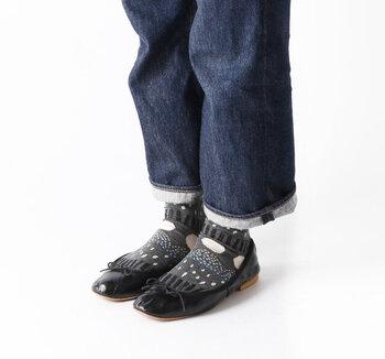 大小さまざまなドット柄が遊び心満載の靴下は、バレエシューズでガーリーミックスに。その分合わせる洋服はシンプルアイテムでまとめて、足元を引き立てましょ。