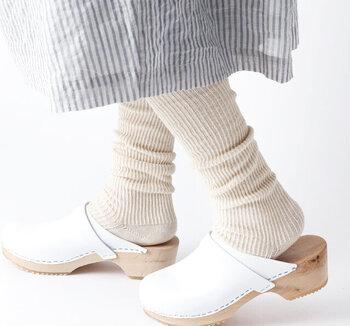 クリーム色が優しくて柔らかい印象の靴下は、オーバーニータイプなので防寒対策もバッチリ。白を基調としたホワイトカラーコーデや同系色コーデと相性が良い足元です。