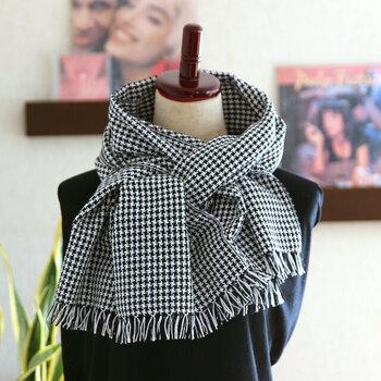 綿100%の肌触りの良い黒と白の千鳥格子柄に織られたストール。糸と糸の間に隙間を持たせて織られているので、程よい張りもあり、ボリュームも出るので、オールシーズン活躍してくれそう。