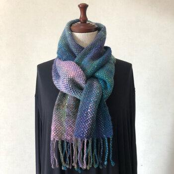 手で紡がれた色の美しい野呂英作の「くれよん」を使って織られたグラデーションの美しいマフラー。丁寧にふんわりと織られたウール100%のあたたかいマフラーは冬の必需品になります。