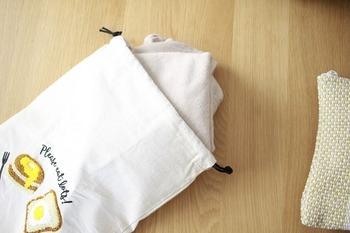 こちらの方は300円ショップで買った布の巾着袋をおむつ入れとして使っているそうです。汚れたら丸洗いできますし、コンパクトなので子育てママにおすすめです。