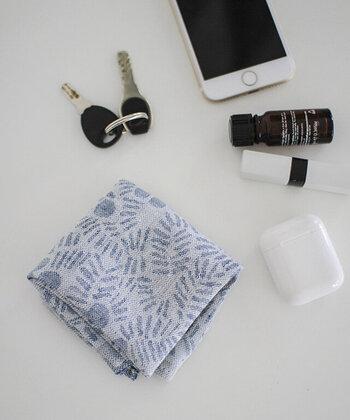 吸水・速乾性に優れたリネンのハンカチは、濡れてもすぐに乾き、いつでも気持ち良い肌触りで使えるのが◎フィンランドの自然が身近に感じられるような「LAPUAN KANKURIT(ラプアン カンクリ)」のハンカチは、高品質のリネン100%を使用し、使い始めからやわらかく、なめらかな肌触りに仕上げられています。