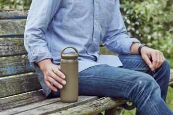 デスクでコーヒーを飲むのに使い勝手が良いタンブラーは、年代問わずギフトにぴったり◎「KINTO(キントー)」のデイオフタンブラーは、持ち運びしやすいシンプルな形状が魅力的。優れた保温・保冷効果はもちろん、勢いよく飲みものが出ることを防ぐ構造で、最後までストレスなく飲み干せるよう考えられています。
