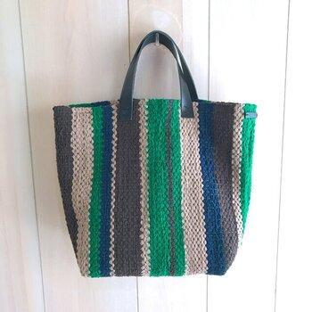 裂き織りで仕立てた、手織りならではのあたたかみのあるバッグ。鮮やかなブルーとグリーンの色の組み合わせが絶妙です。