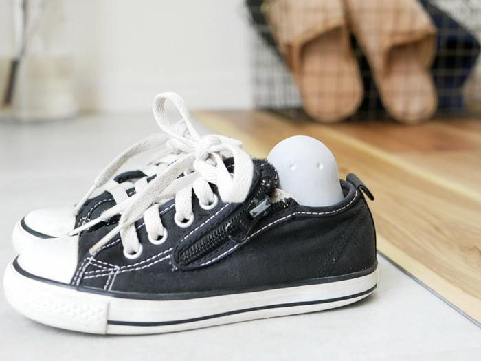 こんな風に一日履いた靴に直接入れて使ってもOK。使用後は、外気にさらすとグレーに戻るので再利用可能です。(半年から1年が目安)