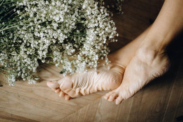 足の内くるぶしとアキレス腱の間のくぼみにあるツボは「太谿(たいけい)」と呼ばれており、温めることで足の冷えはもちろん、自律神経を整える役割も期待できます。  足首専用のぐるっと巻くタイプのカイロカバーなら、仕事中や家事をしている最中にも温かさを保てておすすめです。
