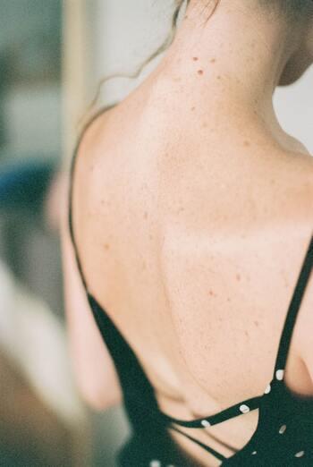 「風門(ふうもん)」とは字の通り、「風(風邪)の門」とされている場所。背中と首の中間に位置しており、左右の肩甲骨の延長線上、首と背中の丁度中間部分にあります。  ここがヒヤッとしたり疲れが溜まっていると感じたら、免疫力が下がっているサインかもしれません。カイロでしっかり温め、風邪の侵入を防ぎましょう。