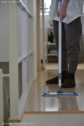 床掃除は朝一番がおすすめ。夜中の間に落ちてきたホコリが舞い上がる前に効率よく掃除できます。部屋を移動しながらフローリングワイパーを滑らせるだけでも十分。