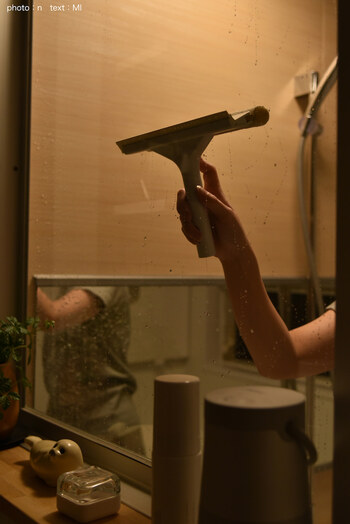 浴室を出る前に水切りしておくのもおすすめ。手間が増えるように思うかもしれませんが、水垢が溜まりにくいので毎日の掃除が楽になるんです。どうしても時間がない人は、鏡だけでも水切りしておくと、頑固なウロコ汚れを防げて大掃除する手間が省けます。
