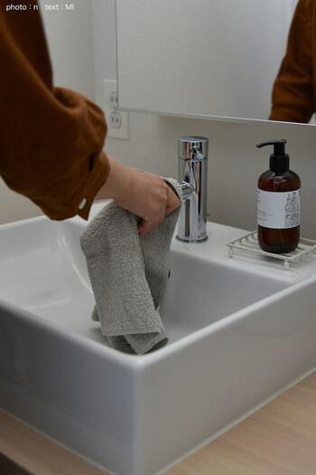 汚れやすい洗面台は使う度にサッと拭いておくと汚れが溜まりにくくなります。そのため、わざわざ掃除道具を持って掃除を始める手間の軽減に。顔や手を拭いた洗濯機行きのタオルを使ってサッと水滴を拭き取るだけでもOKです。