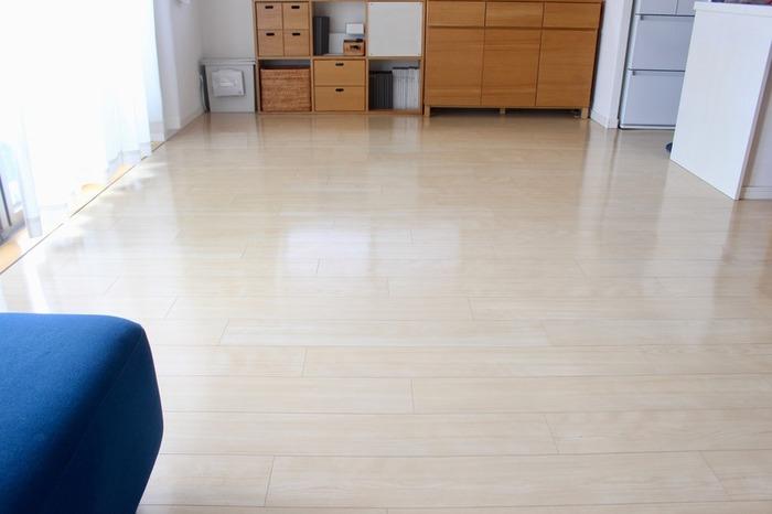 床にはなるべく何も置かないようにすると、短い時間で掃除ができるようになります。また、床にものがないとその周辺にホコリが溜まらなくなることも掃除が楽になるポイント。床置きしたものを片付ける手間も減ります。