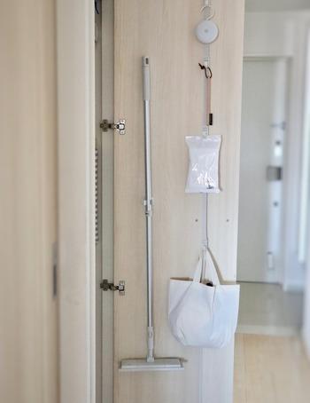 サッと床掃除ができるようにフローリングワイパーはすぐに取り出せるところに置いておきましょう。廊下やリビングなど、掃除したい場所の近くに収納しておくと、移動ついでにサッと取り出せます。