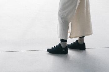 着心地もバッチリの長袖のワンピースは、一年を通して快適に着ることができます。しかもフリーサイズで袖が少し短めなので、様々な体型の方が機能的に着こなせ、寒い季節は重ね着もオシャレ。両サイドには少し長めのスリットが入っていて裾が絡みにくくなり、歩きやすさもバッチリ。