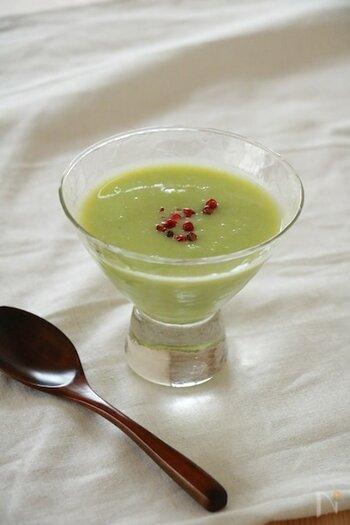 枝豆をメインに作るすりながしのレシピ。和前菜の盛り合わせに使用すれば、おしゃれなアクセントをプラスできます。 ガスパチョみたいに、ミキサーやハンドブレンダーで撹拌するだけなので簡単に作れるのも魅力。グラスに盛り付ければ、緑色のきれいな色合いを楽しめます。